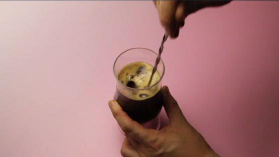 グラスに移し、氷を入れてかき混ぜます