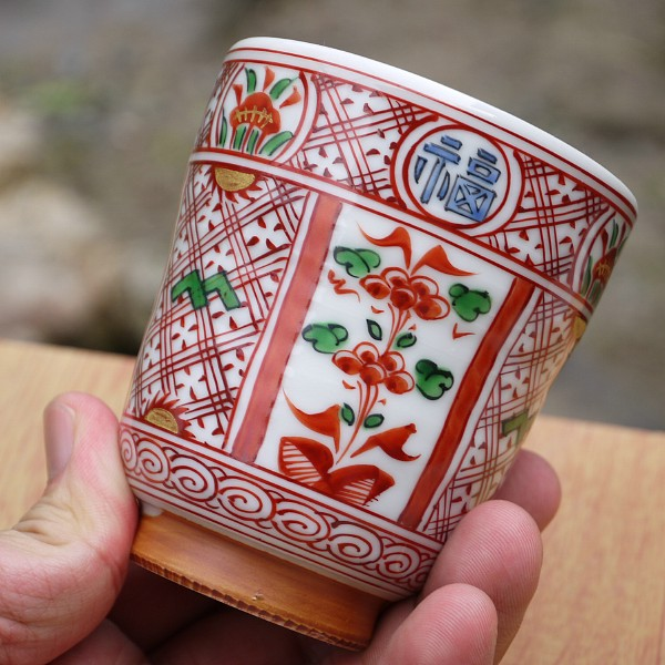 赤絵福禄寿湯呑み 【京焼 清水焼】 縁に福、禄、寿と縁起の良い漢字があしらわれています。 福も寿