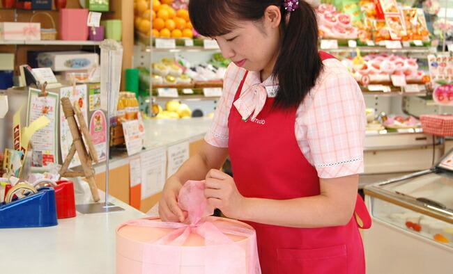 【夏のフルーツギフト】桃やぶどうの入ったラッピングフルーツギフト