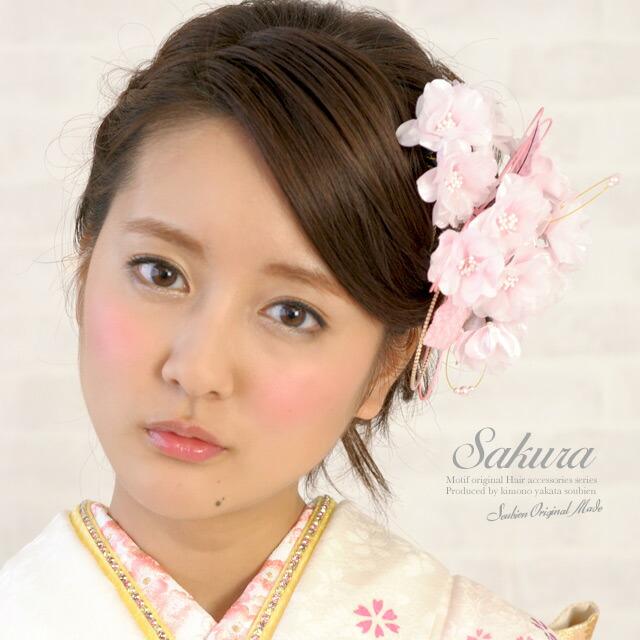 パールや組紐が施されたピンク色の桜モチーフ髪飾り(モデル:水野佐彩ちゃん)a