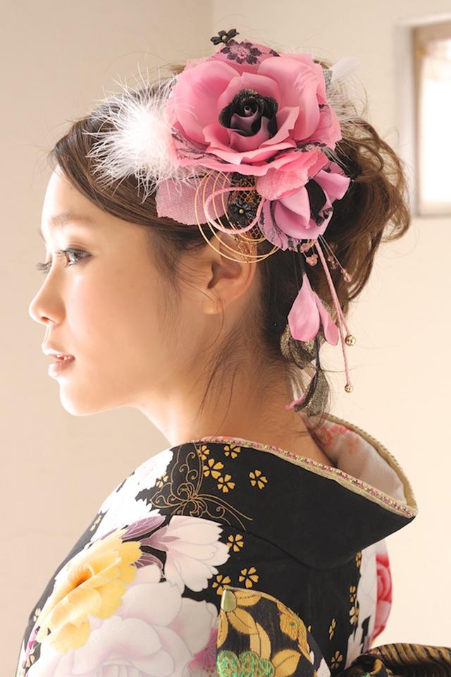 着物スタイルにおすすめなファー付きバラ髪飾り