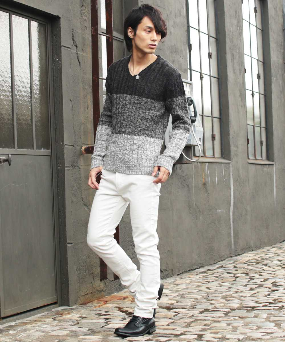 ○30代メンズ秋の街歩きデートファッション「トップスには配色ニット」 まずトップス。30代メンズにおすすめの秋のトップスはやっぱりニット。
