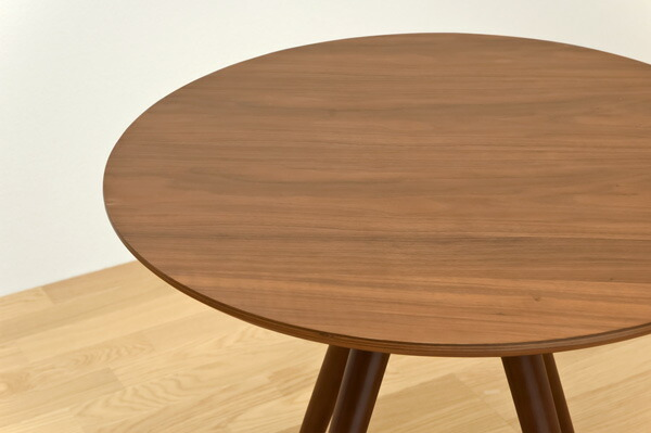 一个圆形餐桌面的直径是2m.如果一个人需要0.
