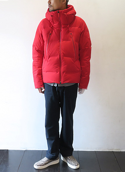 DESCENTE ALLTERRAINのダウンジャケットのモデル着用画像
