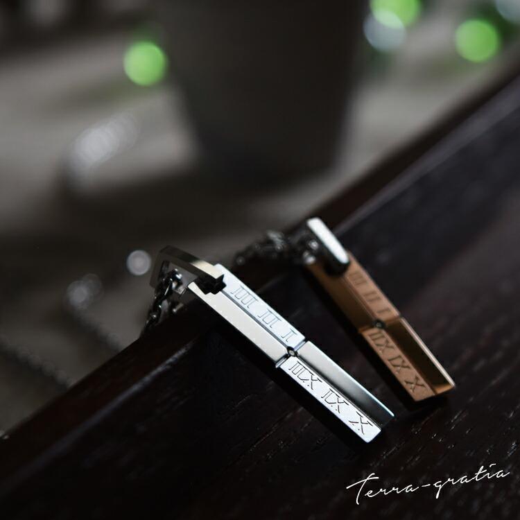 ダイヤモンドが輝く、ローマ数字プレートデザイン、ステンレスペアネックレス。