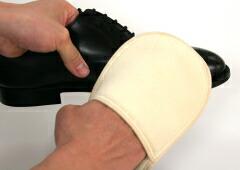 靴クリームが乾いたらコーデュロイの面で磨きます