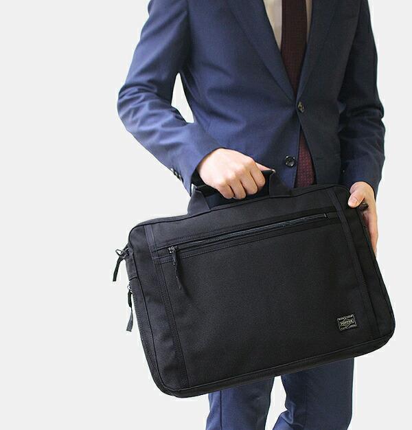 ポーターのスマートなスタイルで持つ事が出来るビジネスバッグ。