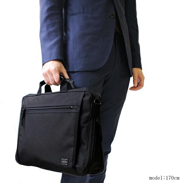 ポーターのビジネスバッグのなかでも暗くなりすぎないブラックがちょうどよい色合い。
