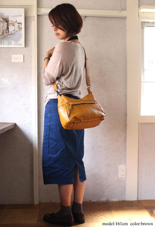 斜めがけのショルダーバッグにもなる嬉しいダコタのバッグ