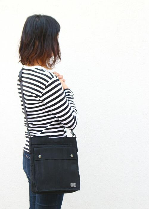 ポーター タンゴ ブラック ショルダーバッグ モデル画像