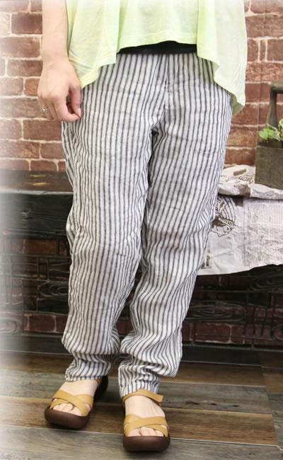 Johnbull(ジョンブル)よりストライプイージーパンツが登場致しました。これからの季節にうれしい軽やかで着心地の良いリネン素材を使用した、イージーパンツ。柔らかくゆったりめのサイズ感でサラリと軽く、これから夏にかけてピッタリなアイテム。裾に向かって細くなるテーパードシルエットで、ロールアップにしてもかわいいですよ〜♪薄手の生地はオールシーズンで使えるので◎落ち着きのあるストライプなので大人っぽくスタイリングできるのも魅力です♪