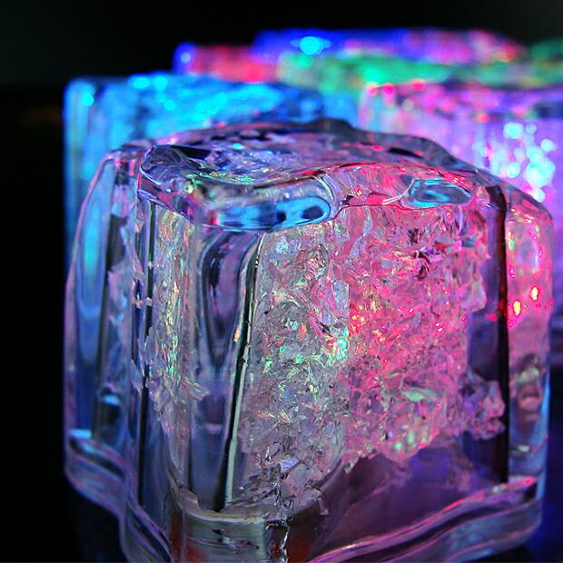 光る氷 高品質。電池交換可能モデル。