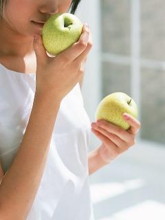女性とりんご