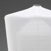 【Shadow of Your Smile シャドー・オブ・ユア・スマイル】ぎりぎりまで薄く細かく張られたシェードと白く透けるボーンチャイナのベース。そのフォルムは、儀式から生まれた提灯の原点を見据えたデザインでもある。