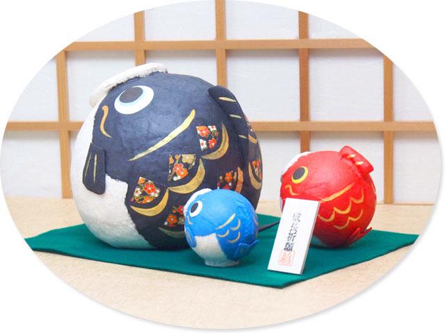 """京都建立柳子荡,手工制作的日本商品木偶工作室是傀儡木偶男孩可能。 地毯地板,用的纸张,但明亮或我明亮的彩带是健康和充满幸福快乐成长。 找装饰、 入口、 客厅和你自己的房间,作为庆祝儿童节和季节性的装饰。 有非常受欢迎的礼物,和商店陈列等很受欢迎。 """"纸""""的特点是生成纹理质朴温暖。 利用纹理的纸纸工作是深入大气和怀旧的情感在某个地方,将厄巴纳 33 平静的氛围。 享受纹理的纸张。 * 请请注意图案的面料需要不同的图片和珠宝。 [鲤鱼] 是吉祥的 shusse-UO。 他们说: 成功、 繁荣和安全的规则。"""