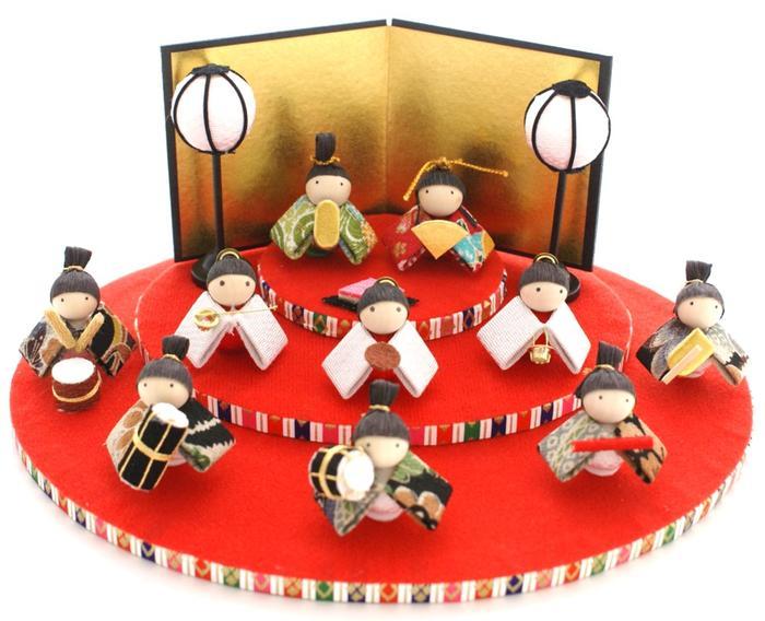 http://image.rakuten.co.jp/wazakka-yufuka/cabinet/ningyou-others01/hina01/hinaasobi_sandan02.jpg