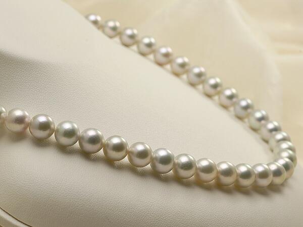 【真珠の本場 伊勢志摩よりお届け】淡いグレーにほのかなグリーン♪8.5〜9.0mmあこや本真珠シルバーグレーパールネックレス【nc0679】(左側)