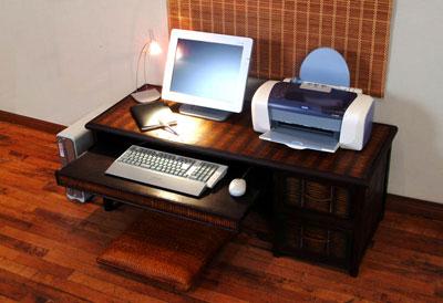 竹素材のPCデスク使用イメージ1