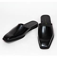 この商品、見た目は紳士靴なのに実はスリッパです。スリッパなのに靴を履いているかのように見えるデザイン、その名もビジネススリッパ。