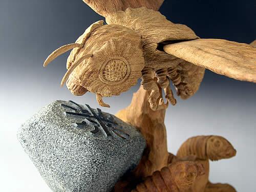 本物の仏像を寺院へ納品しているM-ARTSが豊富な知識と経験を基に作った逸品。日本が世界に誇る,現存する国宝・重文の仏像を出来るかぎり忠実に再現し、資料的価値までを追求し、リアルな模刻にこだわり抜いきました。創業以来、40年間に渡って蓄積された美術工芸品の技術とノウハウを、余すところ無く投入して生み出されたこだわりの作品です。 七福神の木彫りなど木彫の美術工芸品の取扱い約40年のMアーツに日本でも有数のフィギュア造形作家、茨木彰氏が加わったハイレベルな技術が織り成す芸術品です。