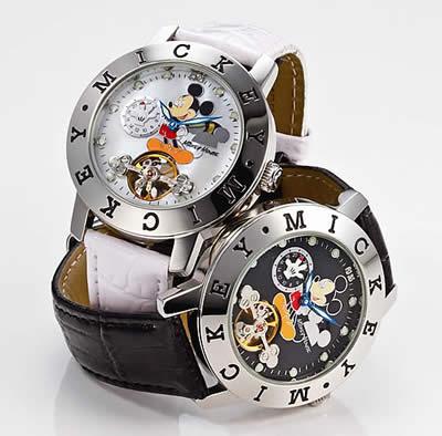 時計本体はにはステンレスベルトの他にミッキーホワイトにはホワイトの牛革ベルト、ミッキーブラックにはブラックの牛革ベルトが付いています。