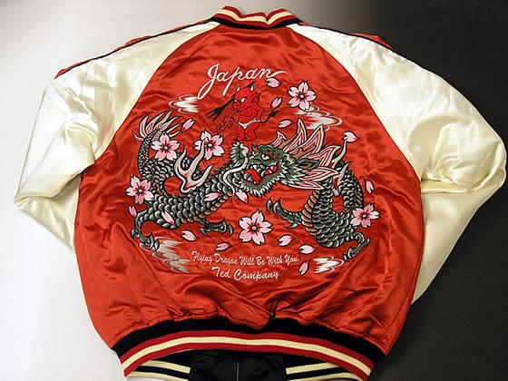 表面の背中には一面に刺繍された踊り龍が圧巻です!!飛び散る桜の花びらのカラーがアクセントになってハードなスカジャンに遊び心をアレンジしています。鮮やかなピンクです!!