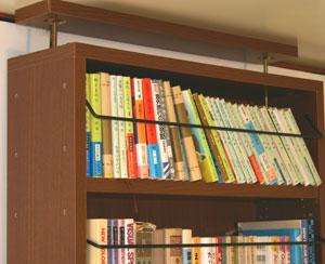 本棚に地震対策の突っ張り棒付き