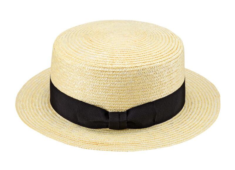 田中帽子店 uk-wh001 wa‐sou-和- GINO ジーノ 麦わら 紳士用カンカン帽子 60cm   麦わら帽子に使われるのは主に大麦の茎。それを7本組み、真田ひも状に編んだ「麦わら真田」が材料となります。まず、1本1本手で編み上げられた真田を霧吹きで湿らして縫製。次に型入れして天日で水分を飛ばした後、乾燥させて装飾します。この縫製→型入れ→装飾という流れを3人で分業して進めていくことで、1つの帽子が仕上がります。