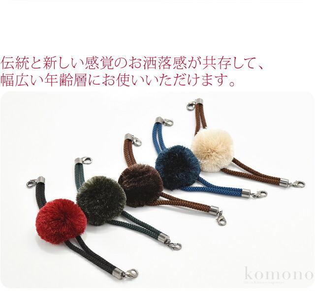 翠嵐工房謹製の、梵天マグネット式男性用羽織紐です。マグネット部分はボタンの様になっています。真ん中がふさふさした梵天タイプの羽織紐ですが、紐が細紐なのでスッキリしています。伝統と新しい感覚のお洒落感が共存して、幅広い年齢層にお使いいただけます。S管付きで取り外し可能です。日本製です。※心臓のペースメーカー等体内式医療器を装着している方は使用しないでください。また、磁気の影響を受けるものは避けてください。