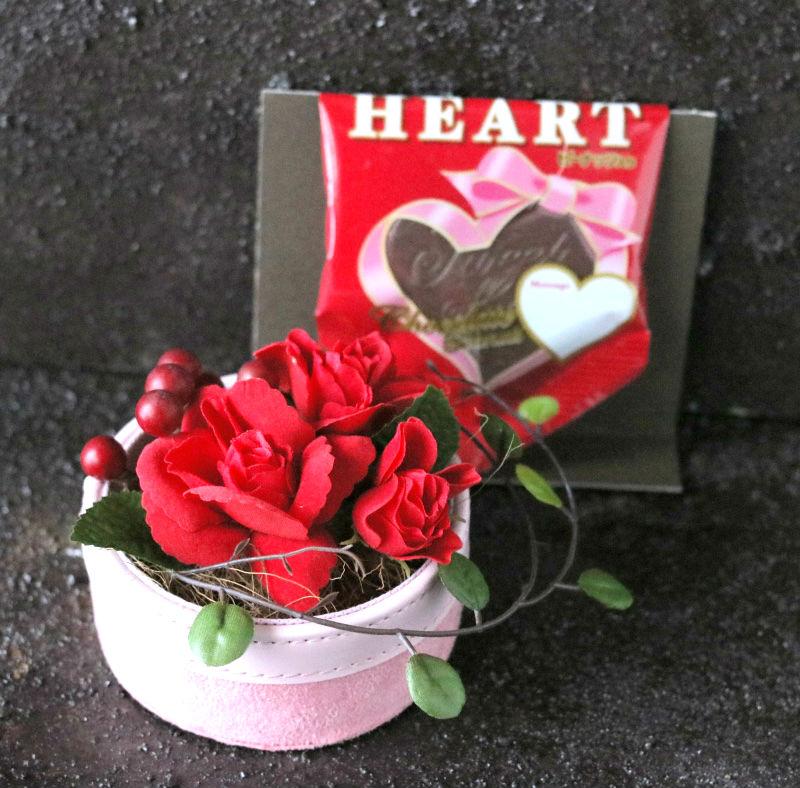 真っ赤なバラと大きなハートチョコ小さなバラとおいしいチョコ♪