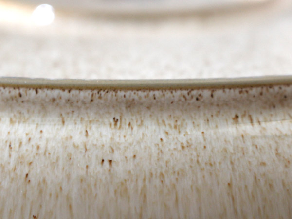 釉薬の絶妙な色合いが柔らかく優しいプレート。