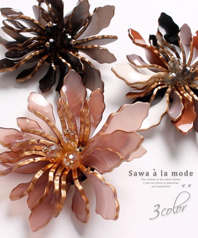 華やかな花モチーフのブローチ