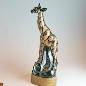 キリンの水牛の角置物