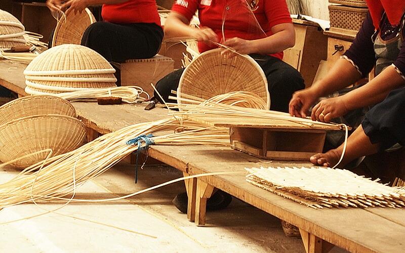 ラタンは強さとしなやかな柔軟性を兼ね備え、とても軽く、家具の素材として最高の特徴を持ています