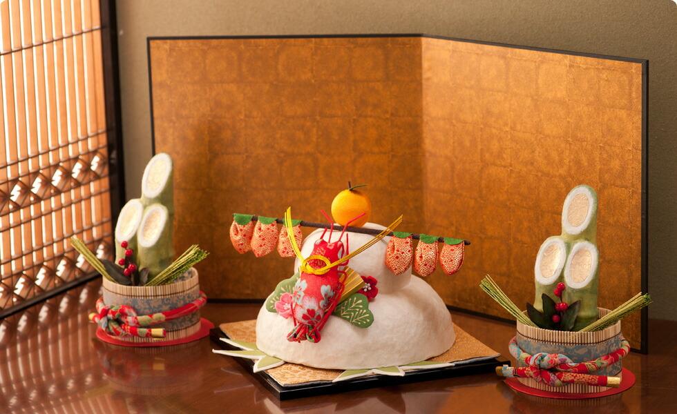 鏡餅を飾り始めるのは、早くても問題とはされないが12月28日が最適とされるようです。「八」が末広がりで日本では良い数字とされているようです。大安(12月31日を除く)を選んで供える地域もあるそうです。