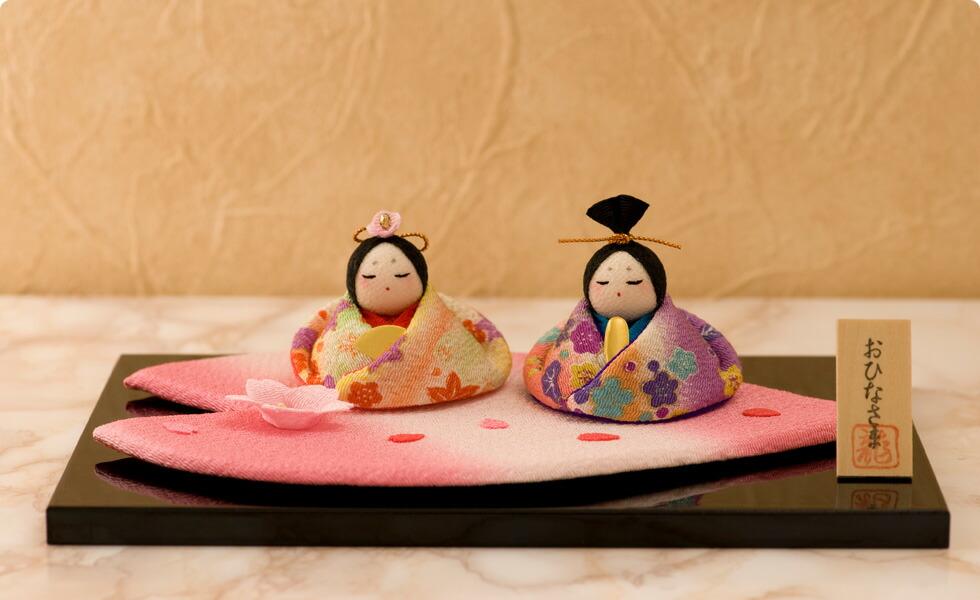 女の子が産まれての「初節句」は、嫁方の親が子供の身代わりとなって災いが降りかからない様に、という思いが込められ雛人形を贈ります。古の習わしと現代の雛祭りを融合し、お子さまのお部屋にお飾りいただく、季節を演出するインテリア、お店などのディスプレイや恋人への沢山の思いを込めたプレゼントなど多くのシーンで大活躍します。