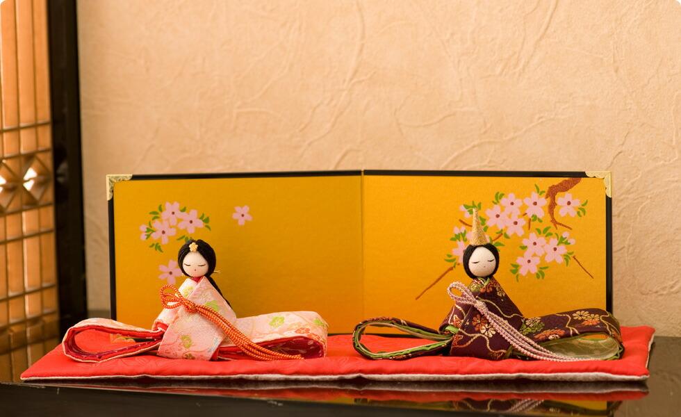 女の子が産まれての「初節句」は、嫁方の親が「子供の身代わりとなって災いが降りかからないように」という思いを込めた雛人形を贈ります。古の習わしと現代の雛祭りを融合し、お子さまのお部屋にお飾りいただく、季節を演出するインテリア、お店などのディスプレイや恋人への沢山の思いを込めたプレゼントなど多くのシーンで大活躍します。