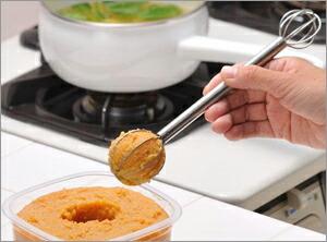 計量スプーンで味噌を掬うところ