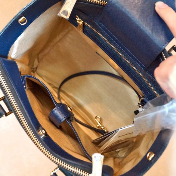 224e65118407 一つ一つ個性のある七宝焼きバッジを5つ付けた、おしゃれなファスナーバッグです。 二面にファスナーが付き、収納力があり整理整頓できるバッグです。
