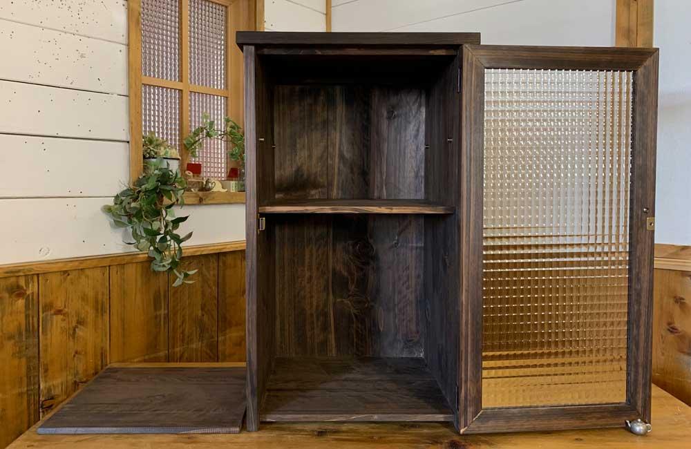 キャビネット ダーブラウン w40d35h67cm チェッカーガラス扉 上段可動棚 真鍮取手 チェスト 木製 ひのき ハンドメイド オーダーメイド