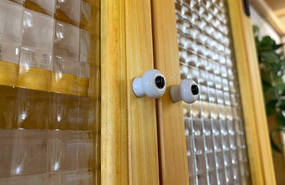 キャビネットシェルフ ナチュラル フランス製チェッカーガラス タオルハンガー付 木製 ひのき ハンドメイド 受注製作