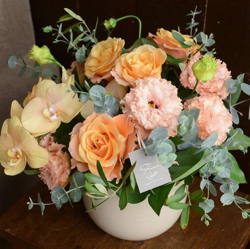 まばゆい花々の陶器アレンジ
