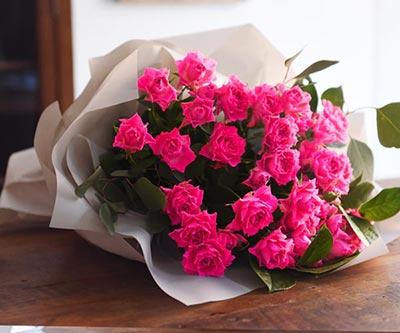 両手いっぱいのバラの花束