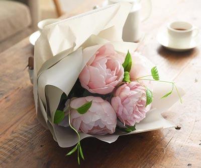 高貴なシャクヤク花束淡ピンク