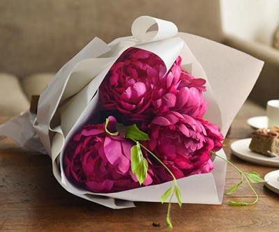 高貴なシャクヤク花束濃ピンク