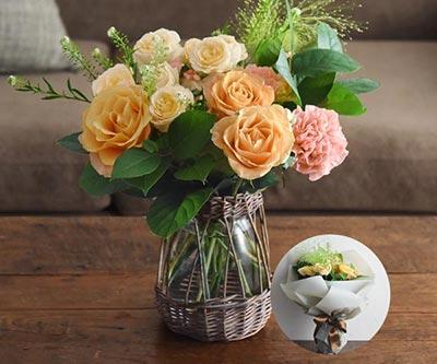 アプリコット色の花器付き花束