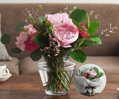 甘やかなピンクの花器付き花束