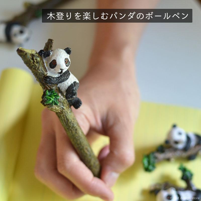木登りを楽しむパンダの明るい表情が魅力