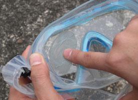 ダイビング・シュノーケリングマスク全体に伸ばすように塗布する。