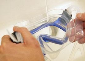 ダイビング・シュノーケリングマスクを洗い流す。